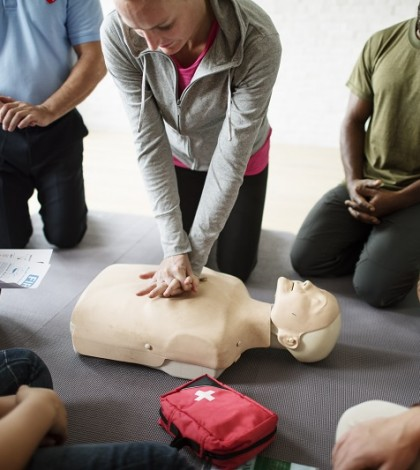 Woman practicing cpr on first aid training free image